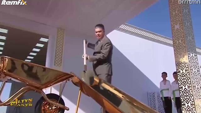 Președintele care a inaugurat un șantier folosind o lopată și o roabă din aur