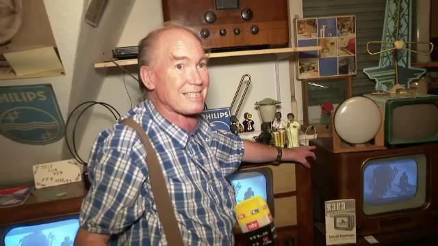 """Un pensionar are apartamentul ticsit cu televizoare vechi. """"Cele de azi sunt niște rame cântătoare"""""""