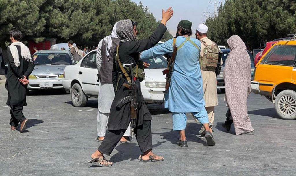"""Atacul devastator de lângă aeroportul internațional din Kabul s-ar putea repeta. SUA, nevoite să """"lucreze"""" cu talibanii"""