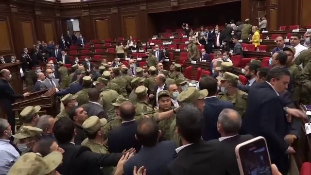 Scandal de proporții în Parlamentul Armeniei. Aleșii s-au lovit cu pumnii într-o ședință