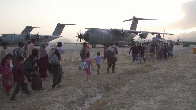 """Ore de foc în încercarea de evacuare a americanilor din Kabul şi a foştilor colaboratori afgani. """"O etapă foarte periculoasă"""""""