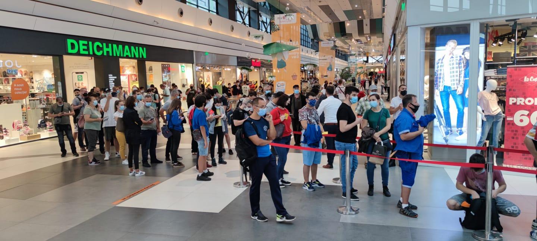 VIDEO Coadă uriașă la un mall din București. Pentru ce s-au adunat oamenii