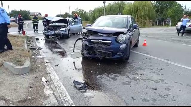 Carambol în județul Dâmbovița. Trei mașini au fost implicate, după ce o femeie nu ar fi acordat prioritate