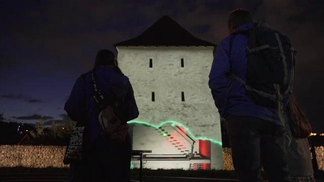 Turnurile din Brașov, deconstruite de roboți. Festivalul Amural încântă oamenii cu proiecții de lumină și culoare