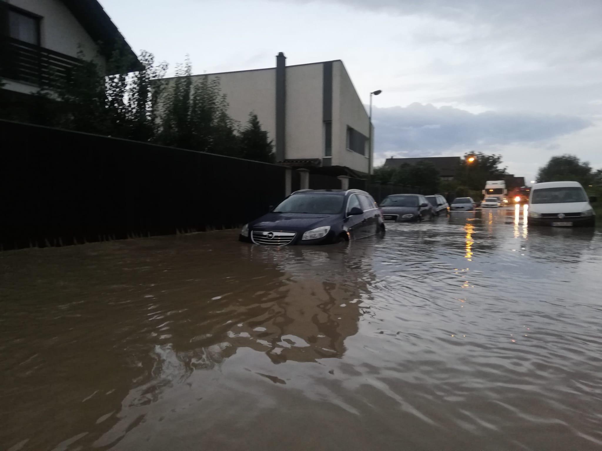 Acoperişuri smulse de vânt, gospodării și străzi inundate în mai multe județe din țară