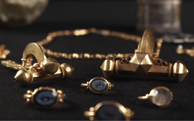 Zeci de kilograme de aur și argint de tezaur, trimise sub pază armată în Spania. 800 de artefacte participă la o expoziție