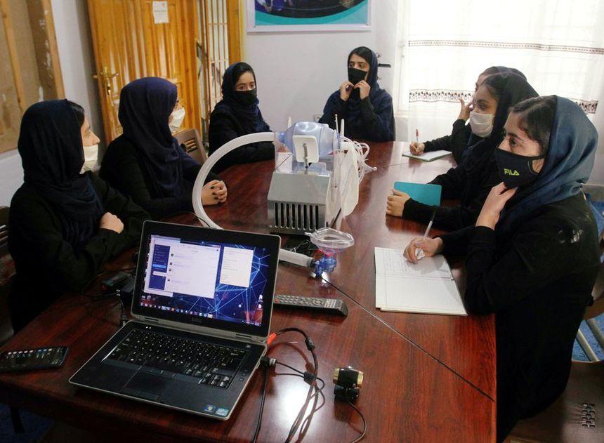 Talibanii: Femeile vor putea studia la universitate. Noul regim își propune un program de învățământ