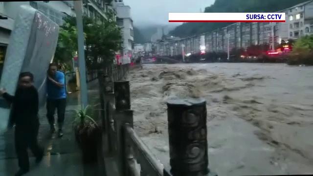 Străzile din China s-au transformat în râuri. Sunt sute de victime, puhoaiele au inundat și metroul