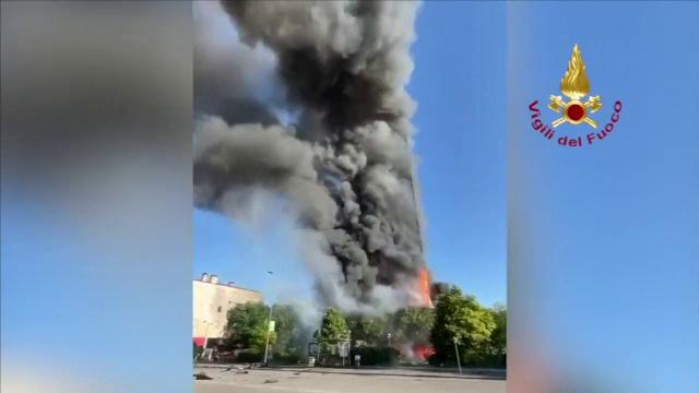 Incendiu de proporții într-un bloc din Milano. Imobilul a ars ca o torță, iar zeci de familii au fost evacuate