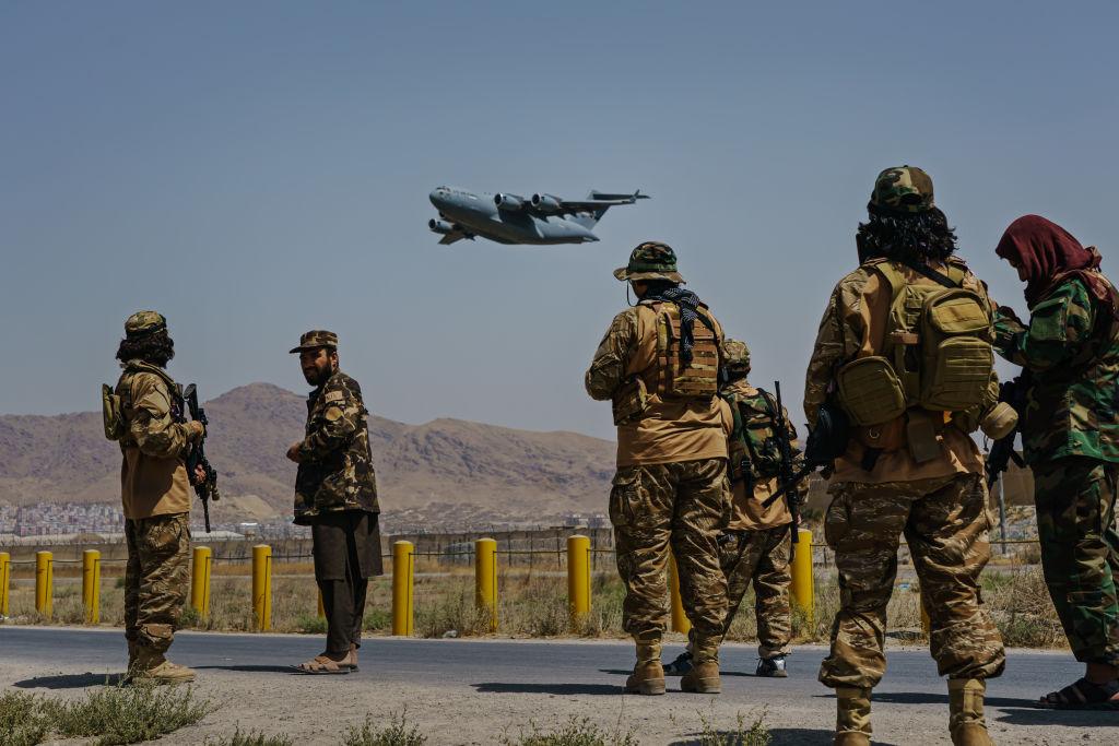Atac cu rachete asupra aeroportului din Kabul. SUA dau asigurări că evacuările nu au fost întrerupte