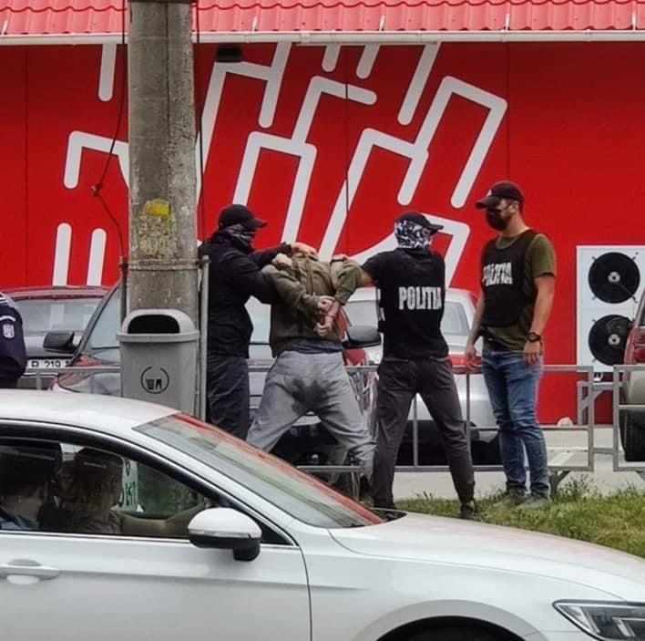 Un traficant de droguri s-a scăpat pe el când a fost încătușat de polițiști, în Cluj-Napoca