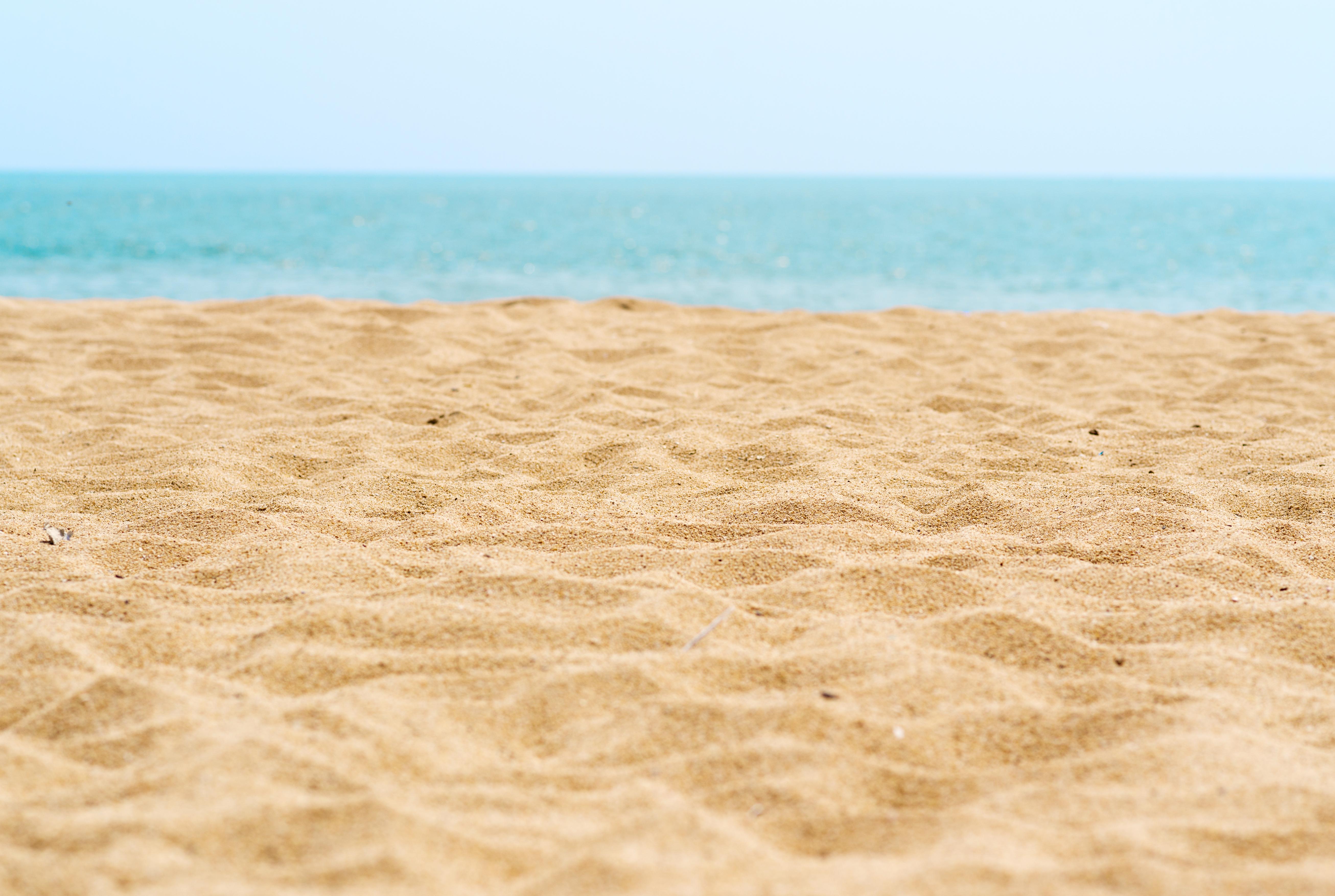 Mai multe kilograme de nisip, scoici și pietre, confiscate de autorități în Sardinia. Turiștii voiau să le ia acasă