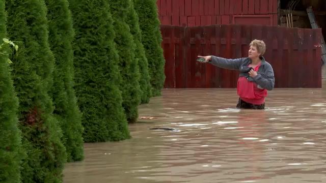 """Prețul pe care îl plătesc cei care au construit case într-o zonă inundabilă: """"La gunoi. Munca de o viață întreagă"""""""