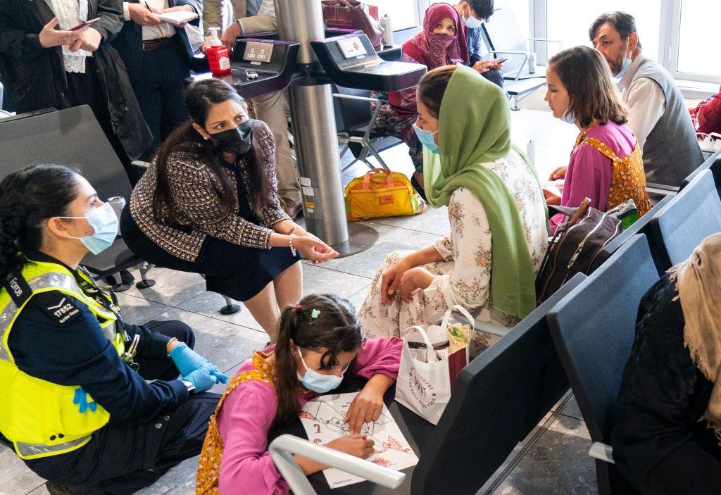 """Scene """"haotice"""" în Marea Britanie, după aterizarea refugiaților afgani. Au ajuns desculți și tremurând"""
