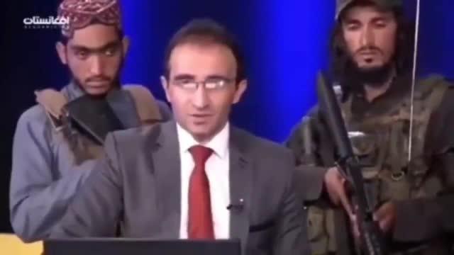 Talibani înarmați stau în spatele prezentatorilor TV, în Afganistan. Atacuri zilnice în Kabul