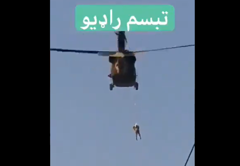 Un taliban filmat în timp ce stătea agățat de un elicopter american în zbor încerca să plaseze un steag pe o clădire