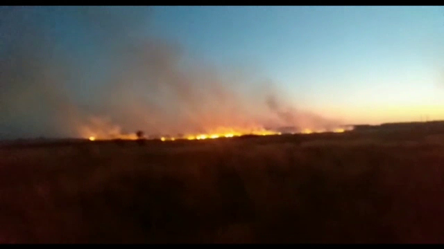 Zeci de hectare de vegetație uscată au ars în Slatina. Militarii s-au luptat mai bine de 3 ore cu flăcările