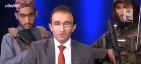"""VIDEO. Talibanii au pătruns într-o televiziune și l-au obligat pe prezentator să-i laude: """"Așa arată acum o dezbatere"""""""