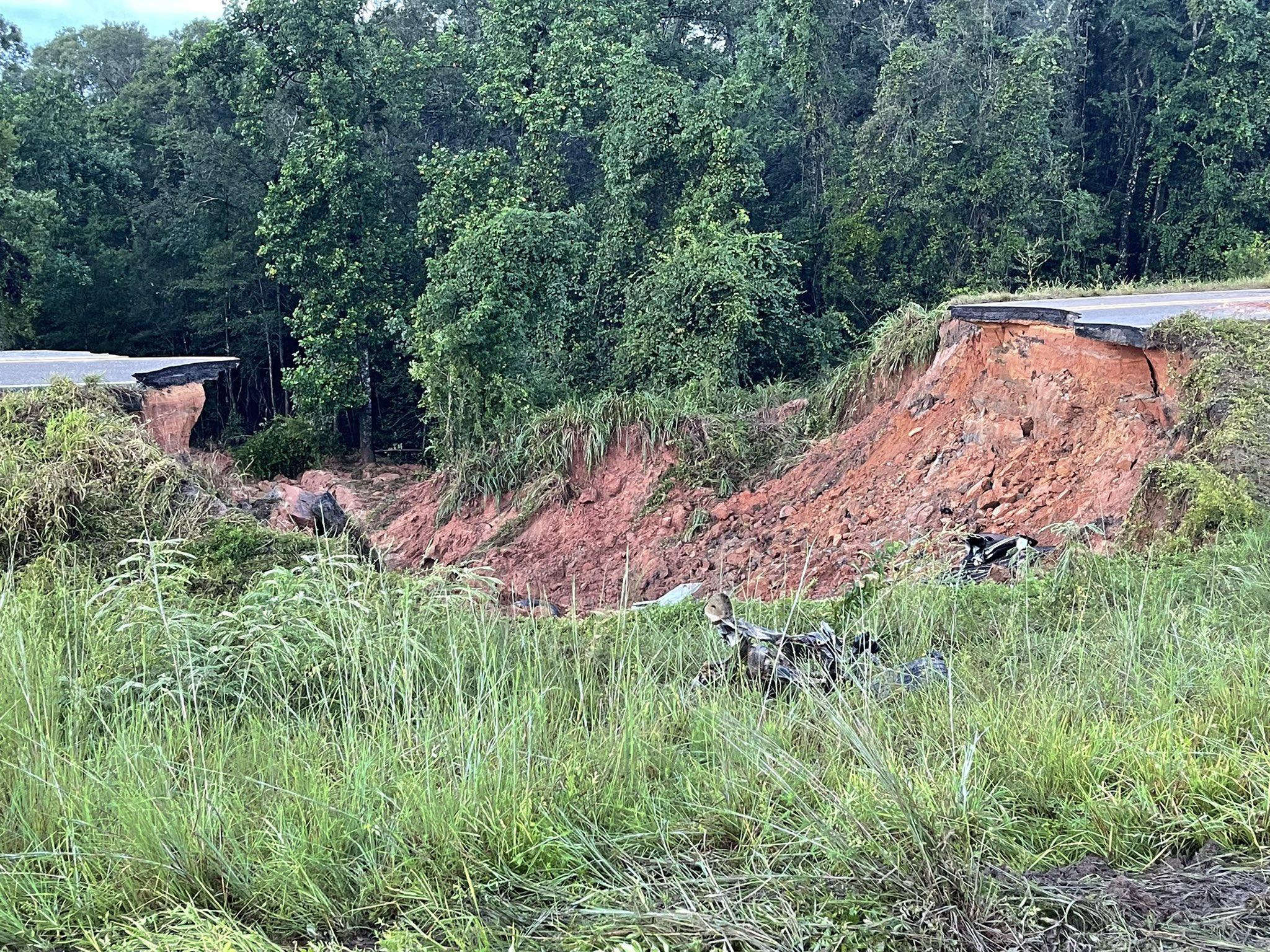 Doi oameni au murit și mai mulți sunt în stare gravă, după ce o parte dintr-o autostradă s-a prăbușit FOTO