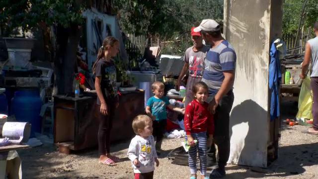 O familie nevoiașă cu trei copii a rămas pe străzi, după ce casa le-a fost incendiată intenționat