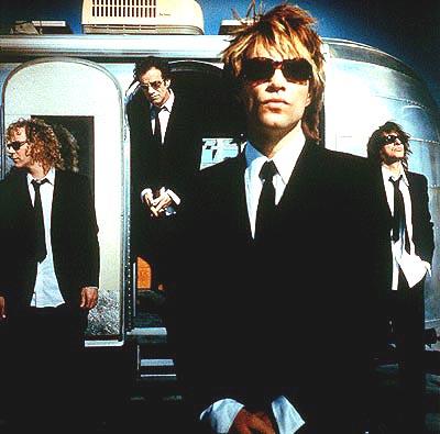 Cei mai infocati fani au posibilitatea de a sta foarte aproape de Bon Jovi