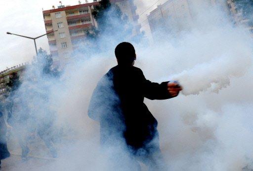 Un mort si zeci de raniti in Turcia! Mii de kurzi, in razboi cu politia