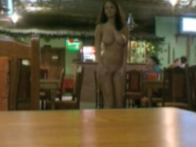 Te serveste si e goala! Chelnerita ideala! VIDEO