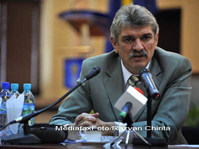 Seful STS, Marcel Opris, acuzat ca a instalat o linie telefonica speciala pentru Traian Basescu