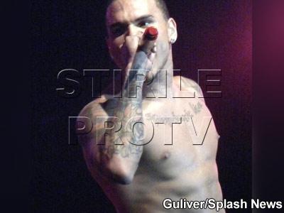Chris Brown se dezbraca! Nu de caracter, ci de camasa!