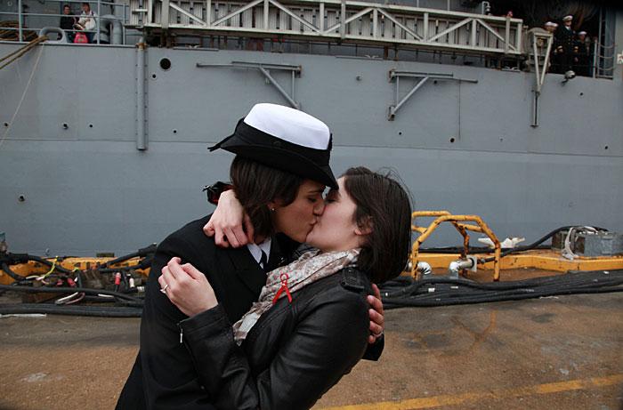 Primul sarut lesbian, oficial, din Marina americana. VIDEO