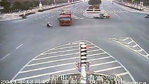 VIDEO. Un accident incredibil, ca in filme. A fost lovita de un AUTOTREN, dar a scapat cu viata