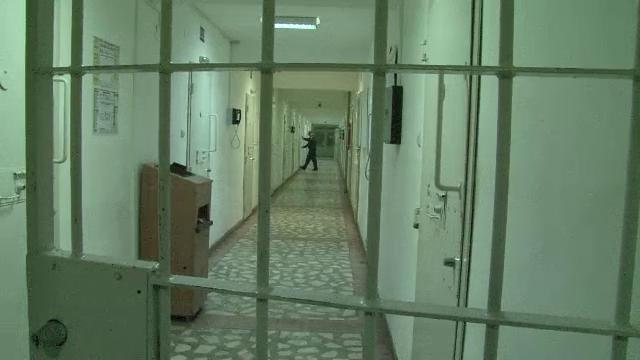 Gardian de la Penitenciarul Vaslui, zgariat pe fata si maini de un detinut bolnav de SIDA