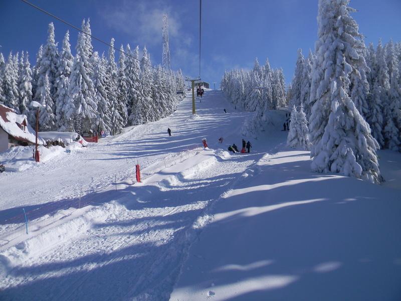 Turistii sunt asteptati la schi, de Pasti. In statiunile montane din judetul Hunedoara zapada atinge si 40 de centimetri