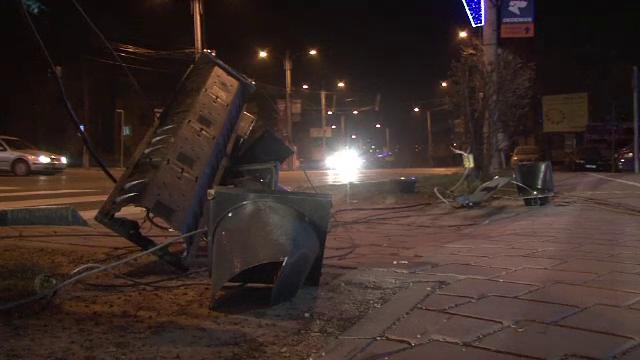 Cum a ramas orasul Suceava fara semafoare suspendate intr-o singura noapte. Gafa unui sofer de TIR