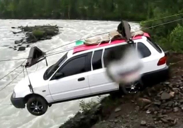 Se intampla in Rusia. Ce metoda inedita a gasit un sofer pentru a trece un fluviu cu masina. VIDEO