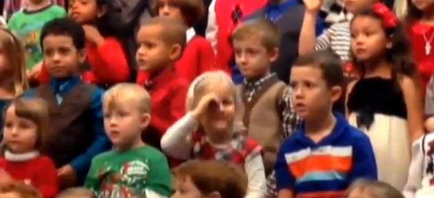 Gest de milioane. O fetita din SUA le-a tradus parintilor surzi cantecul care tocmai se auzea. VIDEO