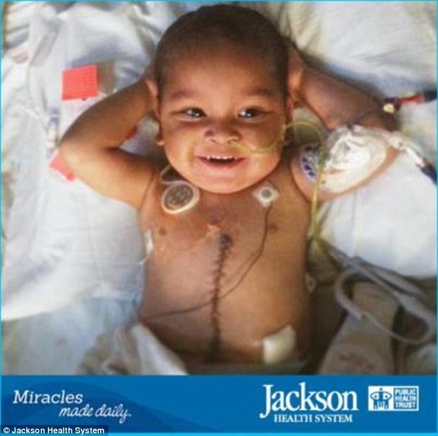 Un copil, nascut cu intestinele in afara corpului, se recupereaza dupa cinci transplanturi de organe