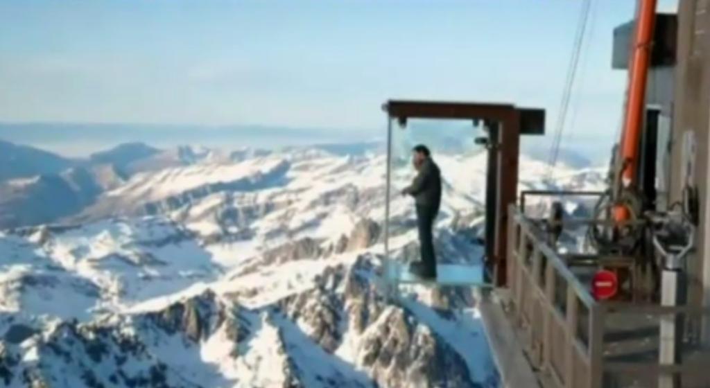 Cea mai noua atractie din Alpi. O cabina construita doar din sticla a fost deschisa in Mont Blanc