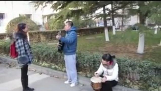A vrut sa impresioneze o fata printr-o serenada. Cum a reactionat aceasta cand l-a vazut. VIDEO