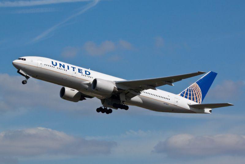 Sapte persoane au fost ranite dupa ce un avion a fost lovit de turbulente. Cinci au ajuns la spital, cu rani la cap