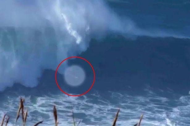 A scapat ca prin minune de la moarte sigura. Un surfer a incercat sa bata recordul mondial in fata unor valuri uriase - VIDEO