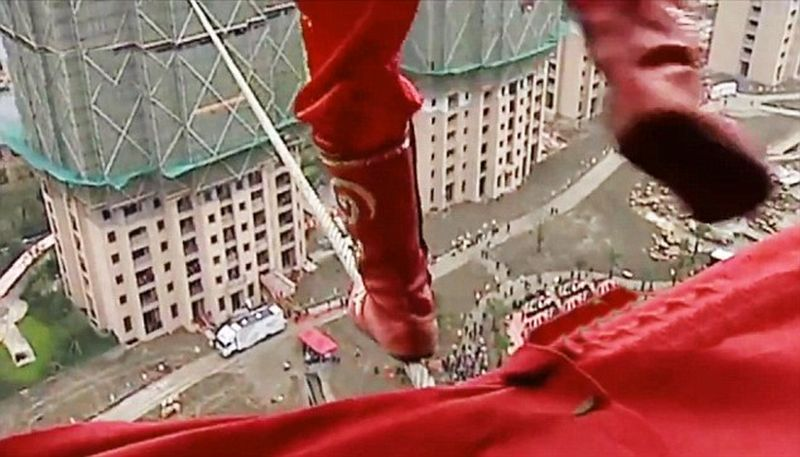 Acrobatia care le-a taiat respiratia privitorilor. Ce s-a intamplat la jumatatea distantei, parcursa pe sarma. VIDEO