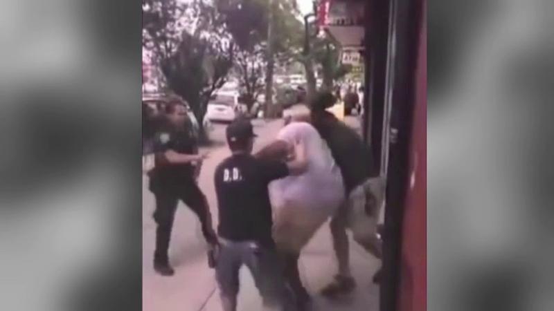 Politistul din New York care a strangulat pana la moarte un barbat de culoare a scapat basma curata. Proteste noi in SUA