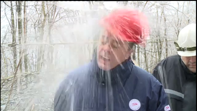 Ministrul sarb al Energiei a fost izbit in cap de o bucata mare de gheata in timp ce dadea declaratii