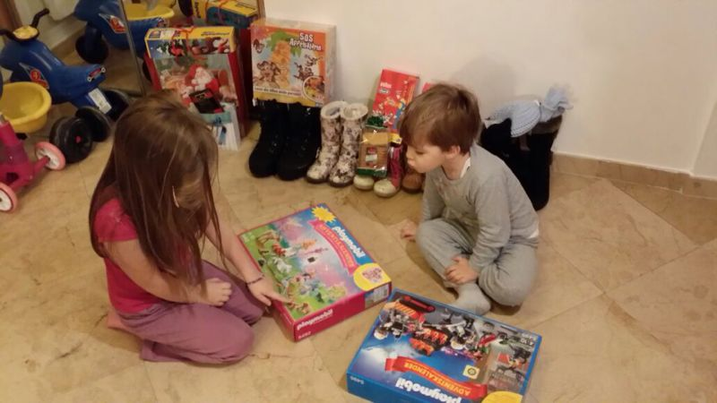 Reactiile copiilor cand gasesc in ghete cadourile lasate de Mos Nicolae. Cei foarte cuminti au primit tablete. VIDEO si FOTO