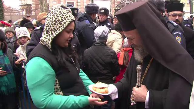De la coada la moaste, la cea pentru sarmale. La Braila, credinciosii au aniversat ziua ocrotitorului orasului, Sf. Nicolae
