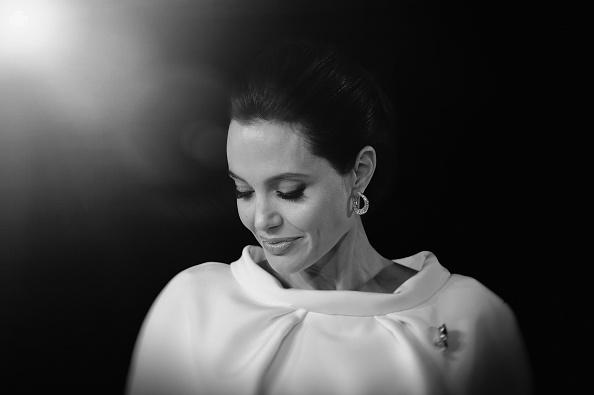 Decizia Angelinei Jolie de a-si extirpa ovarele, laudata de oncologi. O alta vedeta a dezvaluit ca poarta