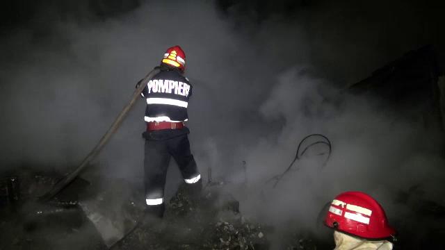 O vila din Comarnic, distrusa pentru ca autospeciala era defecta. Doi pompieri au fost raniti dupa ce o butelie a explodat