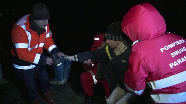 Operatiune de salvare in apele inghetate ale raului Buzau. Barbat izolat in mijlocul apei, scos la mal de pompieri