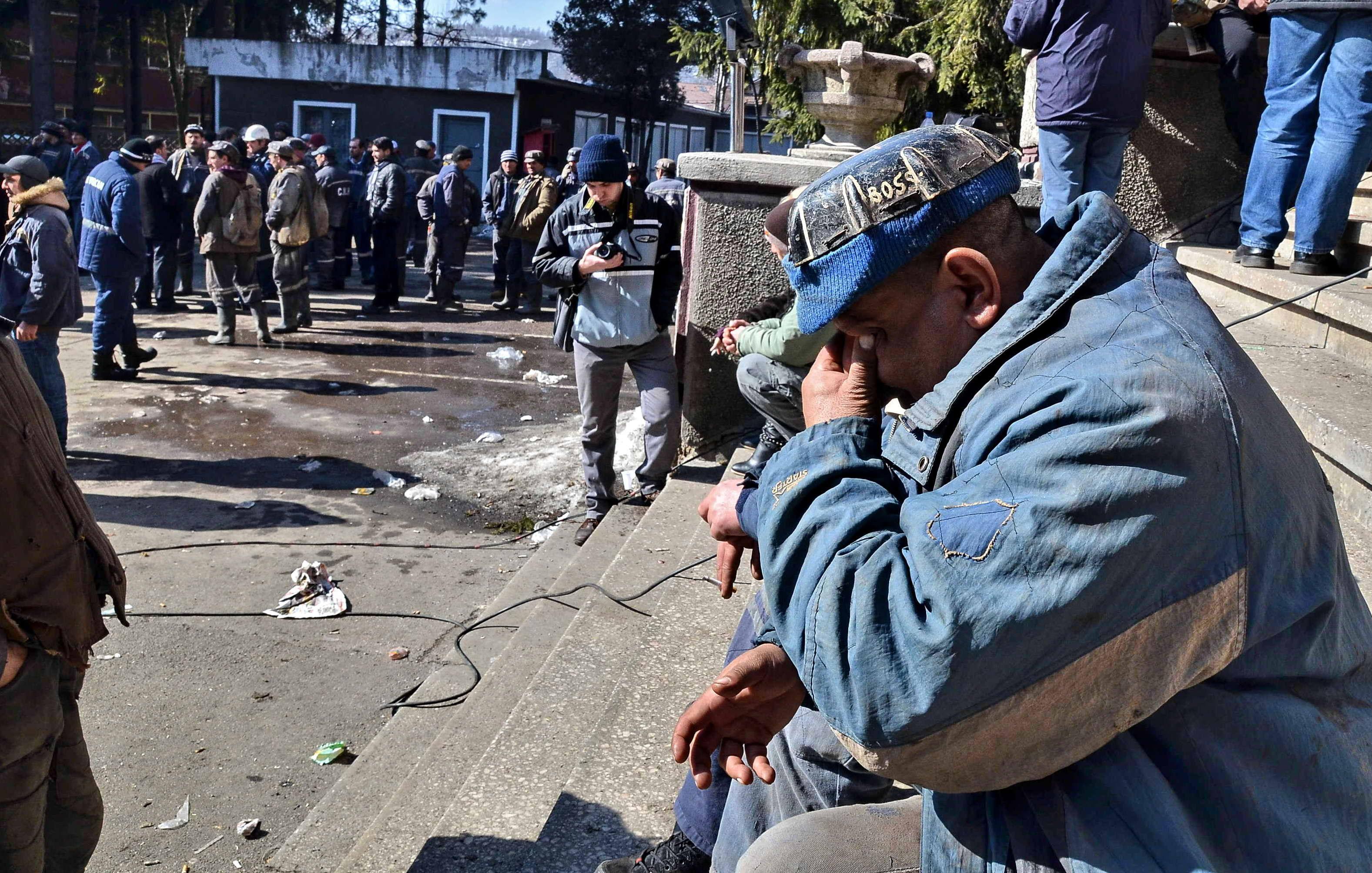 Violente in Petrosani. 100 dintre cei 400 de mineri protestatari au patruns cu forta in sediul CEH